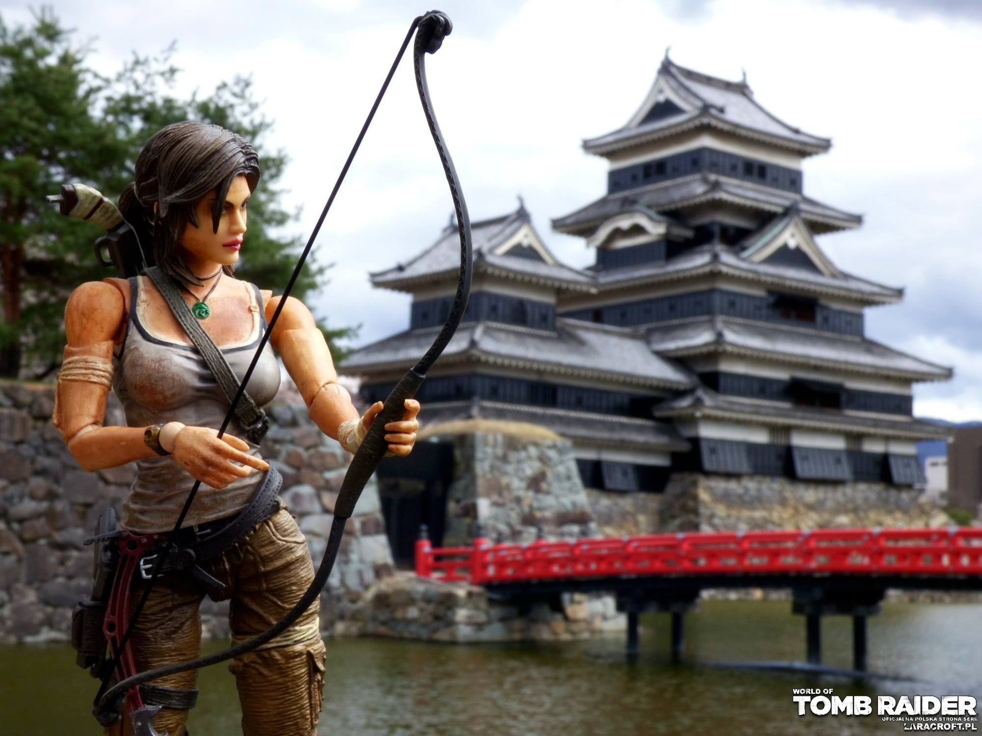 A photograph of a TR2013 Lara Croft figure in front of a temple in Japan